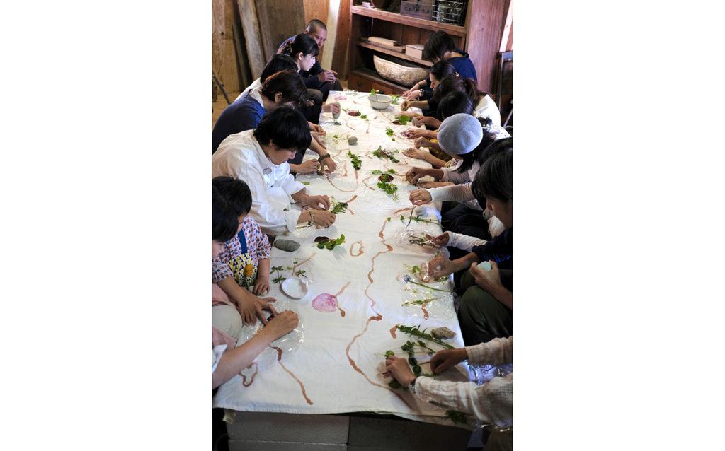 ワークショップ「食とドローイング」の様子。photo:Yayoi Arimoto
