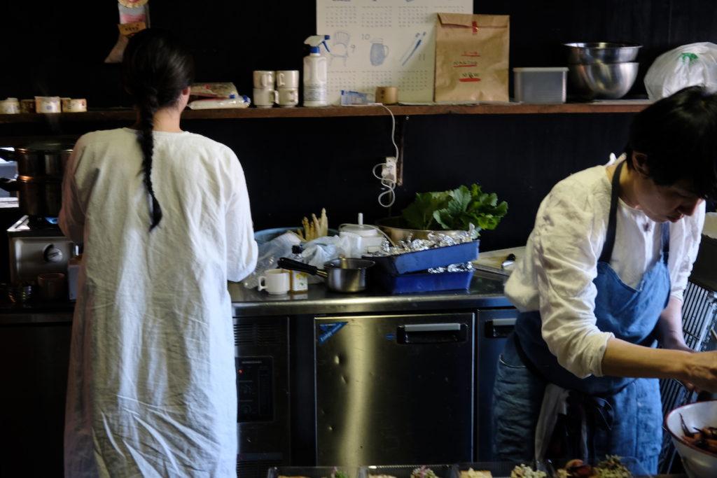 「食とドローイング」にて、『ラムヤート』の台所を借り、お菓子の試作をする長田さん(左)。 photo:Yayoi Arimoto