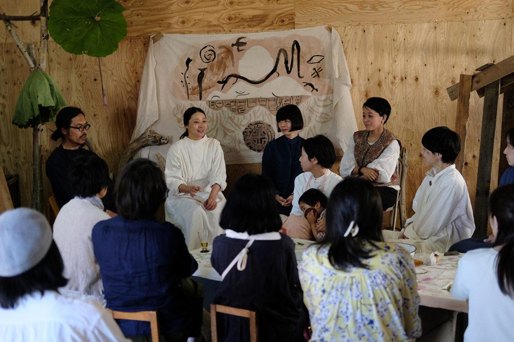「食とドローイング」で行われたトークの様子。左から『ラムヤート』オーナー・今野満寿喜さん、長田佳子さん、塩川いづみさん、水島七恵さん。photo:Yayoi Arimoto