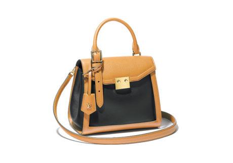 構築的なデザインが美しい〈ルイ・ヴィトン〉のレザーバッグ。