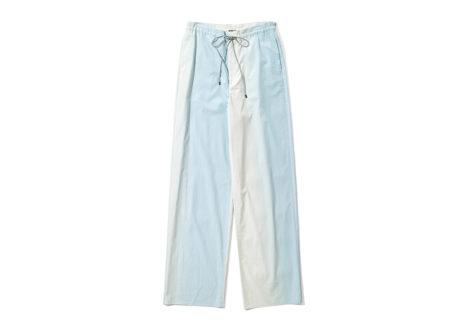 爽やかなブルーのグラデーションに染められた〈オーラリー〉のパンツ。
