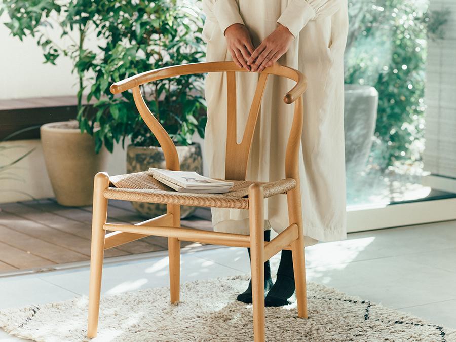 木の家に住むことは、木とともに暮らすことだとも感じている。この空間で使う家具もまた、ともに歳を重ね、我が家になじみ、年月を経ていい味になっていくものがいい。