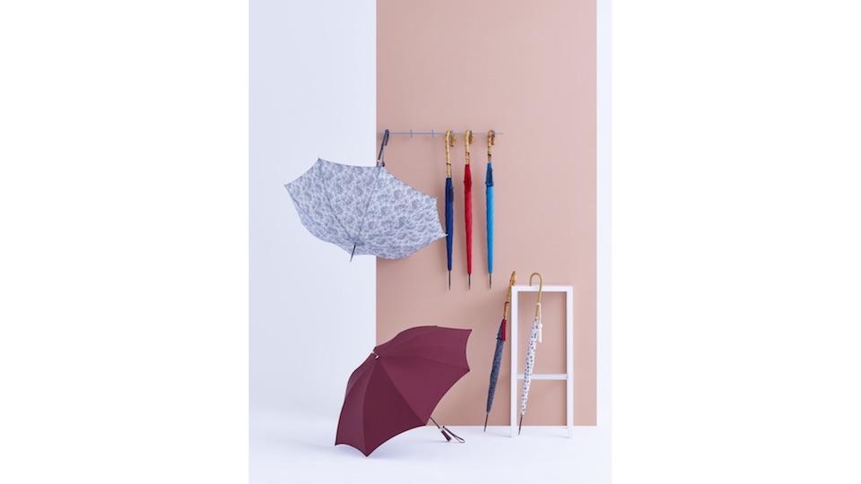ブランドの定番の傘の美しさは変わらず。初の試みとして、傘と共布地となるコートも、一部モデルで展開する。