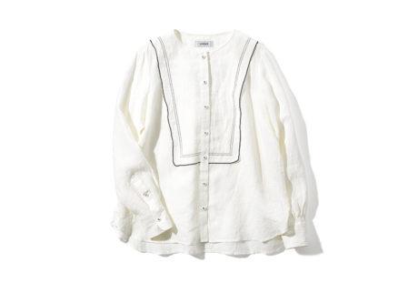 品のあるマリンカラーが新鮮な〈ロワズィール〉のリネンシャツ。
