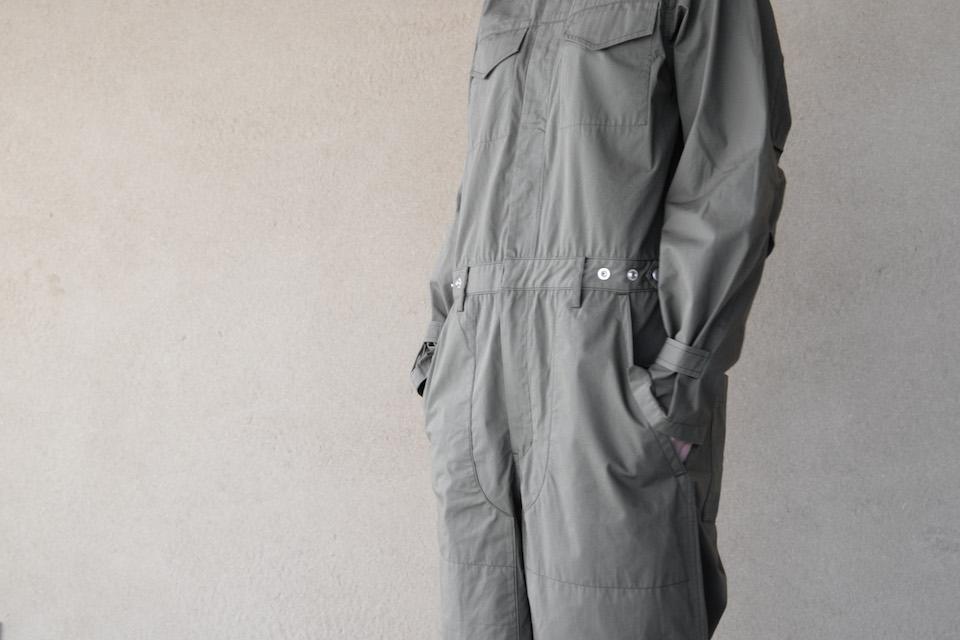 「ヘルジアン・ウッド」のハーブ園で着用されるユニフォームラインのつなぎ。
