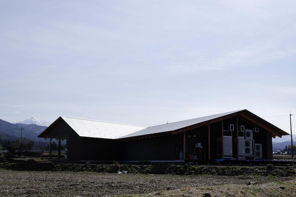 「ヘルジアン・ウッド」は、富山・立山連峰の裾野の広大なスペースに建つ。