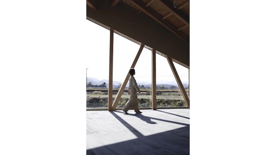 実際にユニフォームを着用する「ヘルジアン・ウッド」のスタッフ。背後に、富山の雄大な自然が見える。
