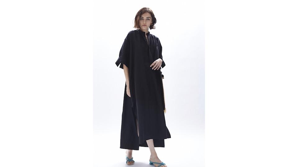 青森のファッ ション工房黒石にて縫製されるシャツドレス。ヴィンテージライクなたっぷりとしたボリュームのシルエット を、サイドと袖に入ったスリットが軽やかに仕上げる。3月20日(土)発売。¥43,000。