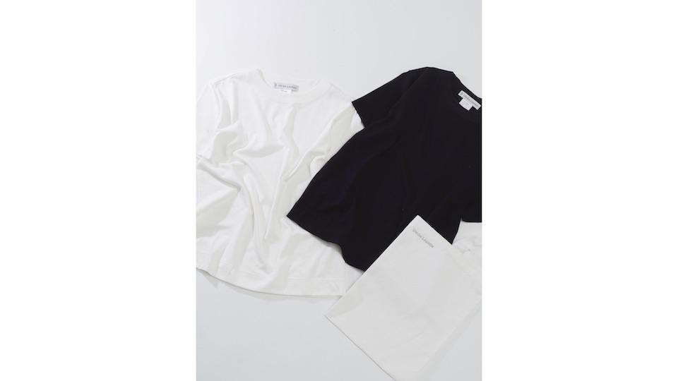 パックTシャツは、着心地の良 い超熟コットンを使用。身幅を持たせ少し肩が落ちるようなシルエットが美しい。¥18,000。