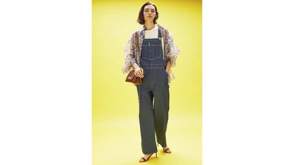 岡山を拠点にカジュアルパンツに特化した縫製工場シオタで作られるオーバーオール。別注モデル¥41,000。