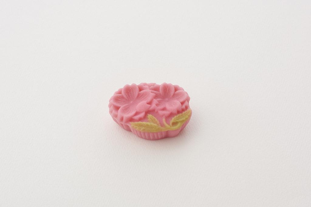 羊羹製「手折桜(たおりざくら)」(初出年代明治42/1909年 )販売期間:2020年3月16日〜3月31日。生菓子の販売は赤坂店のほか、一部店舗のみ。詳しくは公式サイトを。
