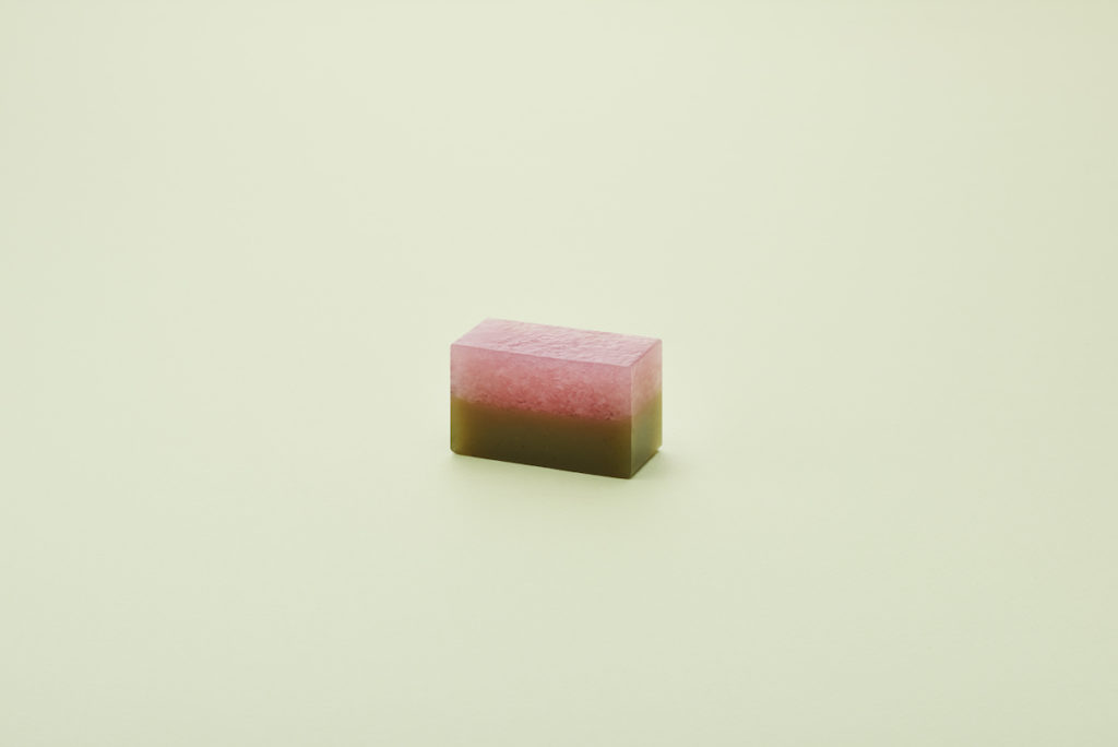 季節の羊羹(中形)「桜の里」道明寺羹と、塩漬けにした桜の葉を細かくきざみ入れた煉羊羹でつくったもの。道明寺製の桜餠にも似た食感と桜葉の香りが楽しめる。