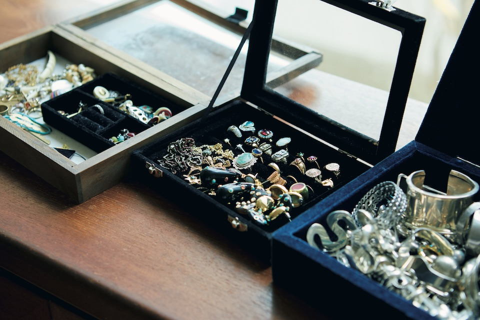 ジュエリーボックスの中には、祖母から譲り受けた宝石や、 友人からの贈り物、ブランドのシルバージュエリーが並ぶ。