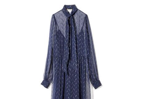 〈サンローラン〉のエレガントなシルクドレス。