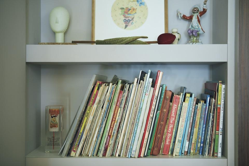 コラージュアーティストとしても活動する花楓さん。素材となる洋書は壁面に。