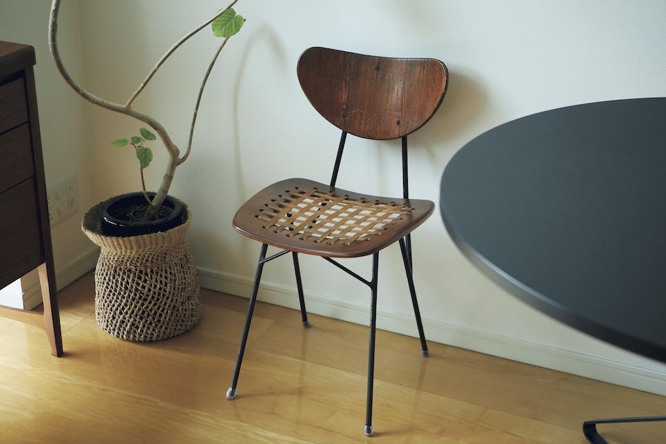 愛媛のヴィンテージショップで見つけた〈マルニ木工〉の椅子。直しながら使う。