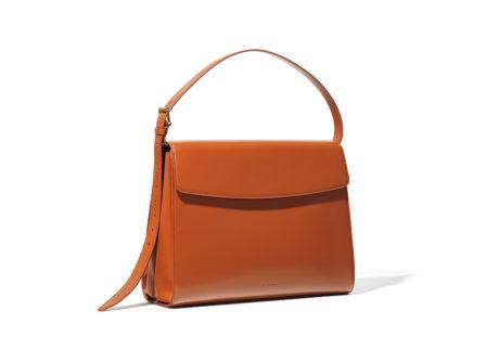 〈バレンシアガ〉からクリーンなデザインのバッグが発売。