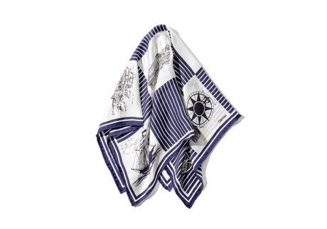 ボーダーシャツにマッチする〈マニプリ〉と〈オーシバル〉のスカーフ。
