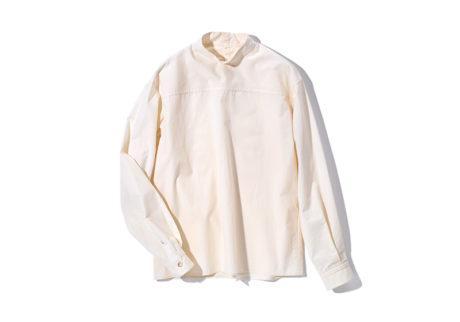 オーガニックコットンを使用した〈オーク〉のスタンドカラーシャツ。