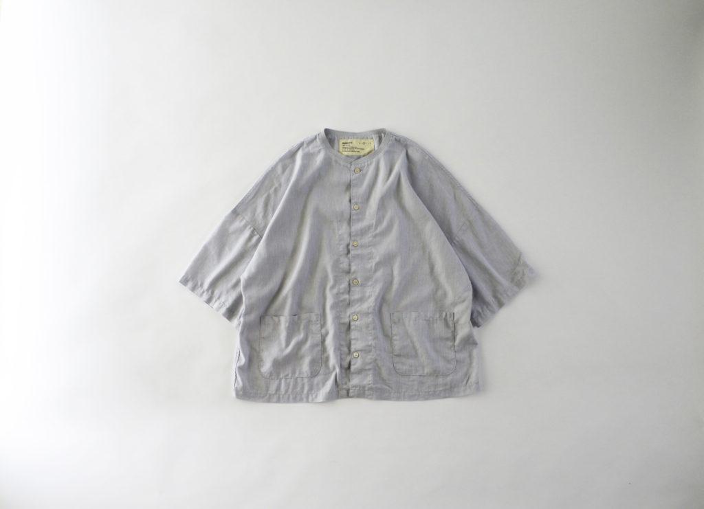 短めの着丈にゆったりとした身幅で着心地のいい「アトリエシャツ」。