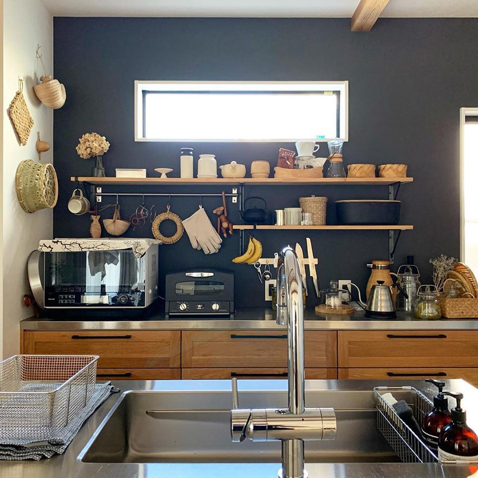 使い勝手のいい 台所と料理道具 抜け感 インテリアにもファッションにも大事にしていることのひとつ 最近のキッチン背面は抜きすぎているくらい自然素材が増えました ちなみに縄文時代コーナーの一番上のはタイのニッパヤシのコップです コップとしての機能を果たせるかは疑問なので小物入れや垂れ下がる系のグリーンを飾ったりするのに使いたいなと思っています