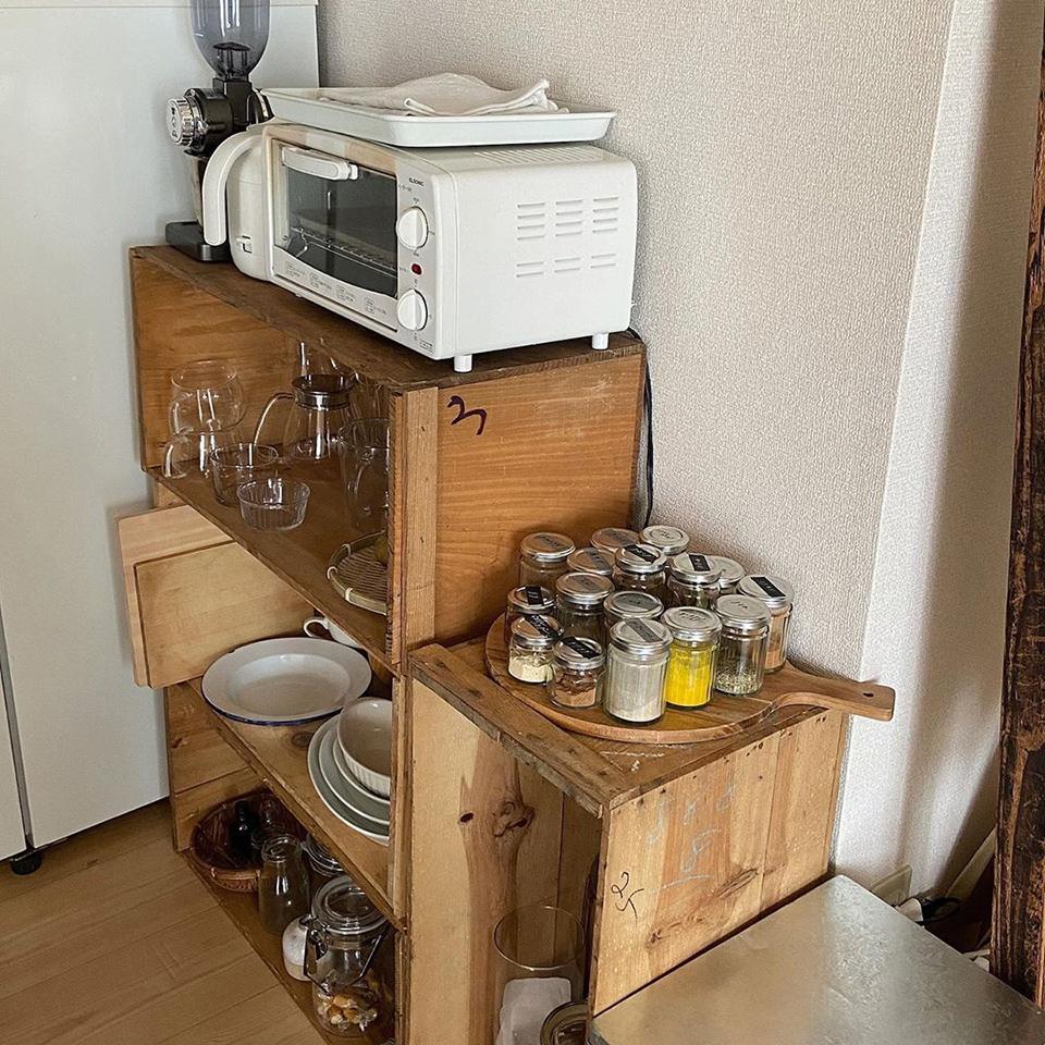 使い勝手のいい 台所と料理道具 食器棚が欲しいな、と思う事もあるけれど今の私のにはこれが身の丈にあっている 農家さんのりんご箱をインテリアにすることでサステナブルなエコになる事も嬉しい 欲しいものや憧れの暮らし方は絶えずあるけれど今の自分に合うものを見きわめる目をもっていたい◎