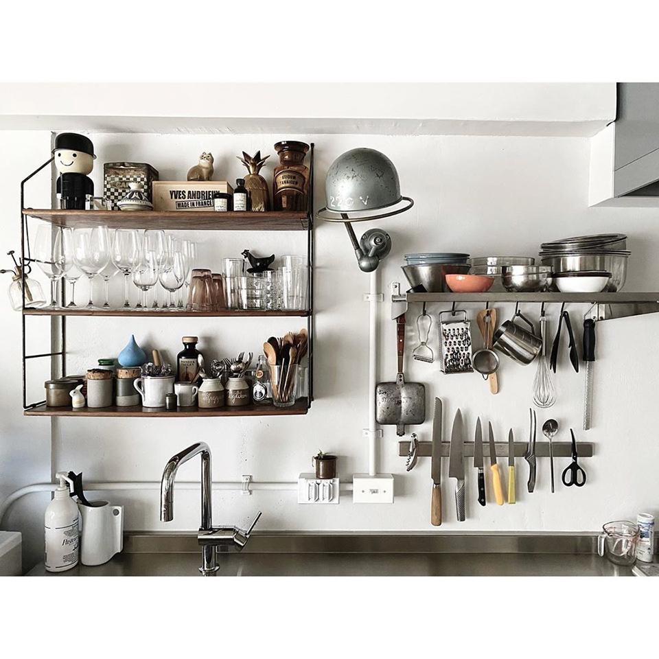 使い勝手のいい 台所と料理道具 キッチン上部は使い勝手もあって見せる収納キッチン本体は見栄えだったり常に整理も大変だから隠す収納 そんなバランスが好み 壁面には50年代ジェルデのショートアーム、60年代のウォールシェルフというフレンチヴィンテージ達と、イケアの組み合わせ。 全部ヴィンテージもいいけど現代的な見た目と機能性との組み合わせとかバランスとかがやっぱり好み