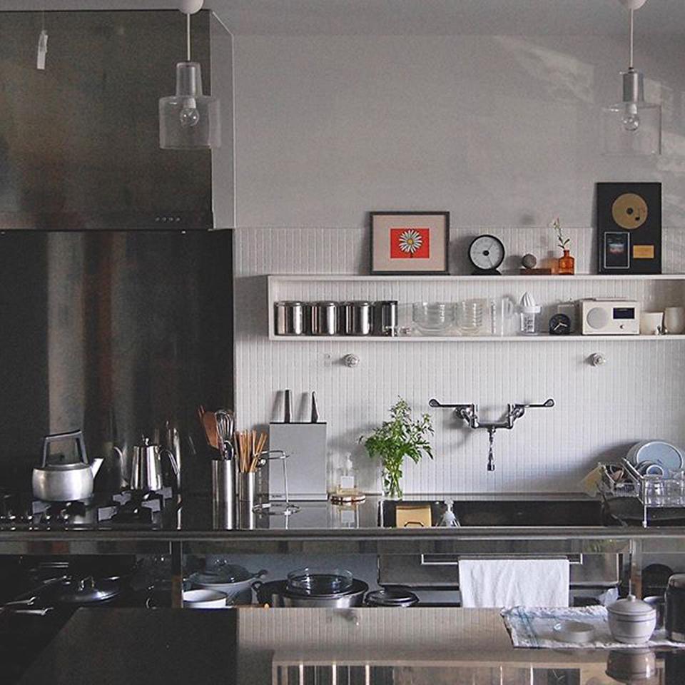 使い勝手のいい 台所と料理道具 ステンレスの業務用感(無骨さ)×白いつやつやモザイクタイルの素朴さ これを絶対やりたかった! 四角く囲った白い棚とレバーハンドルの水栓もお気に入りです