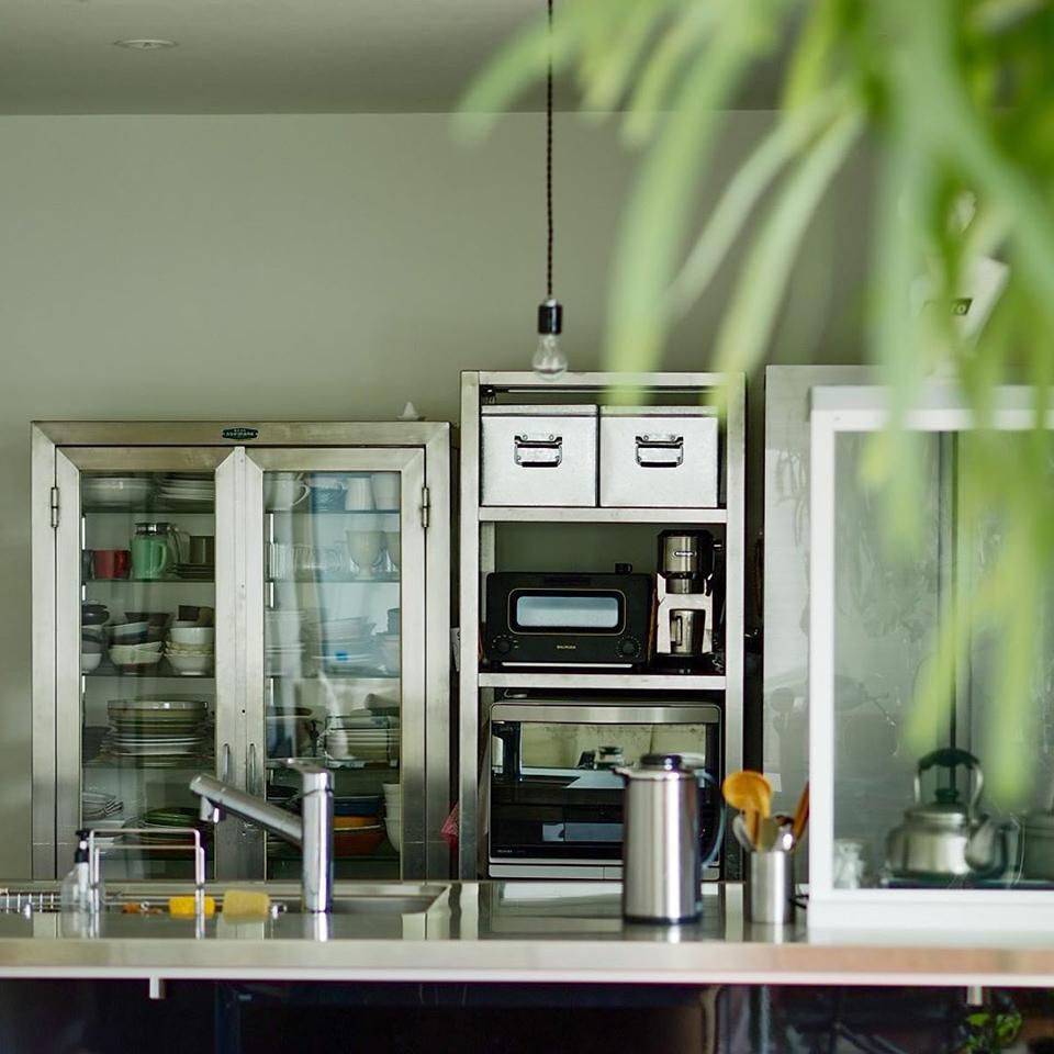 使い勝手のいい 台所と料理道具 ヴィンテージ薬品庫(食器棚) ステンレスラック 業務用冷蔵庫 どれもたくさん探しまわって見つけたものだから愛着がすごい フルフラットステンレスの作業台もとても気に入っている 夢中になれる場所 落ち着く場所 幸せな場所