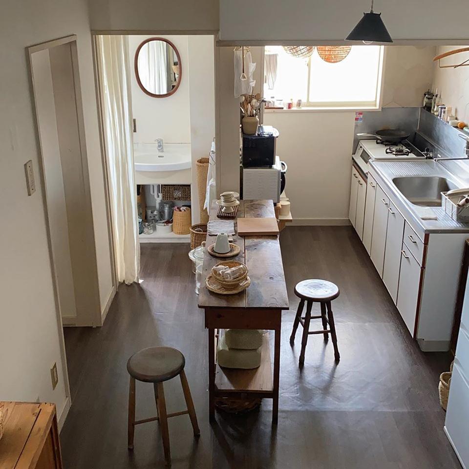 使い勝手のいい 台所と料理道具 おんぶしながらはスツールが便利