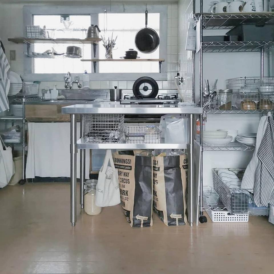使い勝手のいい 台所と料理道具 我が家のDIYキッチン 小さな空間に合う棚がなかなか見つからず全て古材での組み合わせ アンティークや手作りのものと組み合わせて 我が家のお気に入り空間の一つ