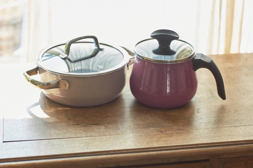 """""""WMF フュージョンテック ミネラル"""" シリーズはIHを含むすべての熱源に対応。焦げ付きにくいから汚れもすぐに落とせて、食洗機対応で後片付けも楽。また、天然由来の素材で作られており、食材を入れたまま冷蔵保存もできる。"""