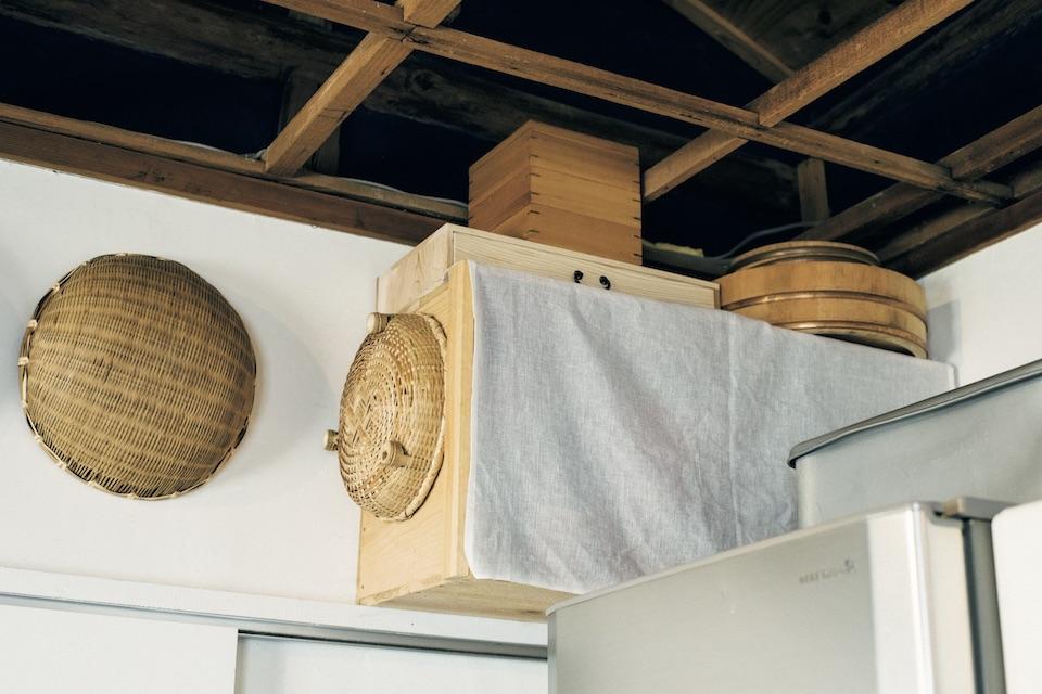 余った木材でりんご箱風に作った収納棚。壁に掛けてデッドスペースを有効活用した。