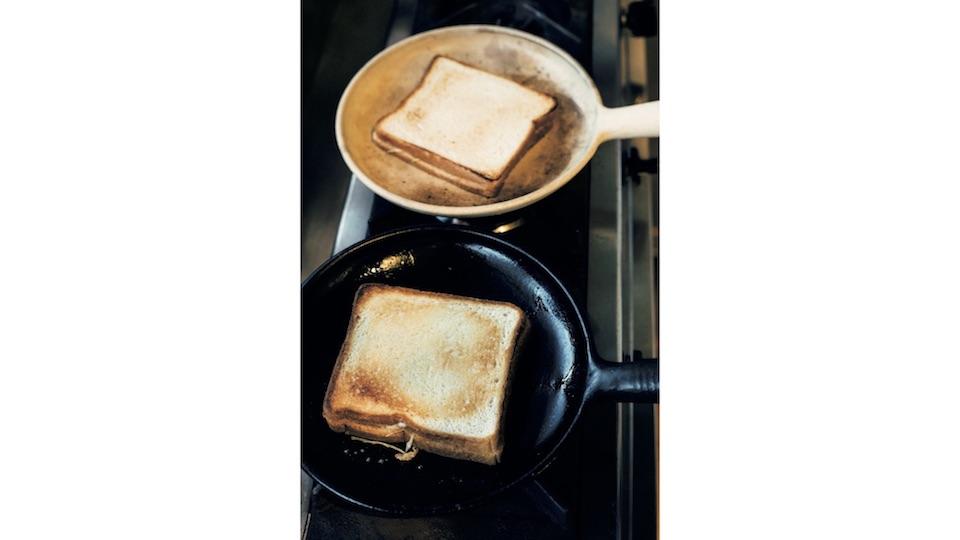 克哉さん作の耐熱器の「平パン」を 2 個使いすることで、調理の効率がアップ。