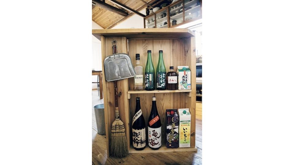 カウンターの脇には、克哉さんが愛する酒と、掃除道具を取り出しやすいように整理。