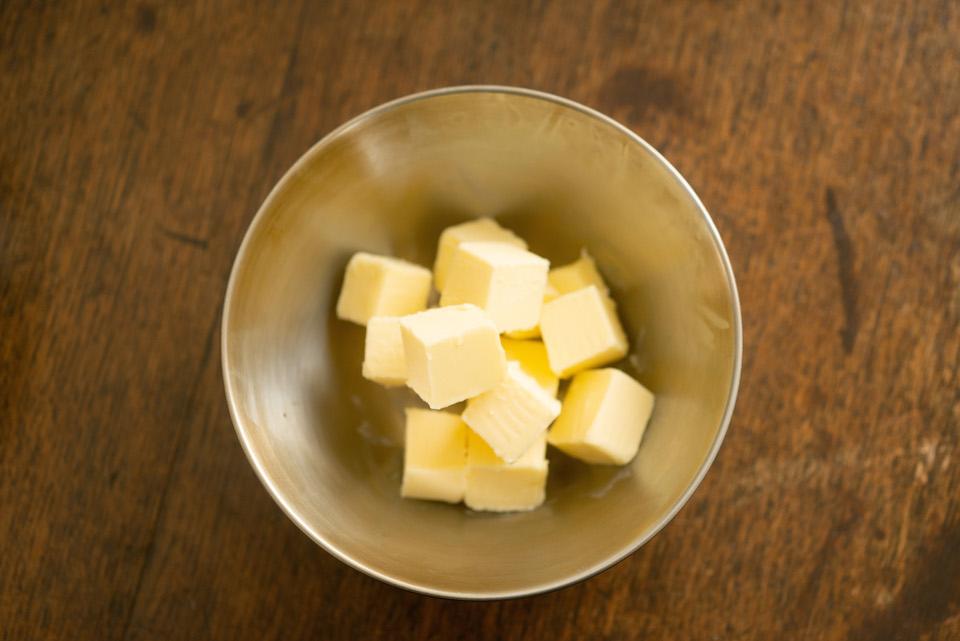 1.バターを適当なサイコロ型にカットする。