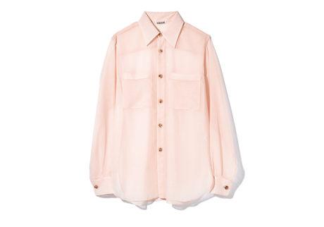 程よい透け感が上品な〈オーラリー〉のシアーシャツ。