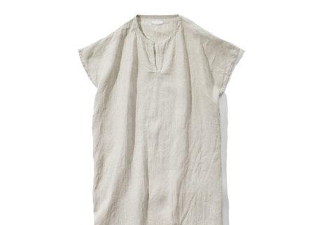 リトアニア産リネンを使った〈フォグリネンワーク〉のナイトシャツ。