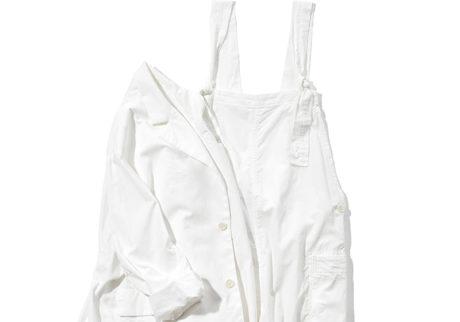 初夏に映える〈トゥジュー〉のホワイトカラージャケットとオーバーオール。