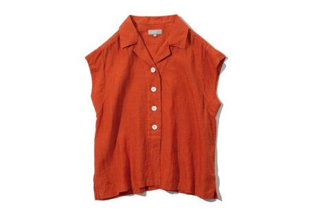〈マーガレット・ハウエル〉の柔らかで涼しげな風合いのシャツ。