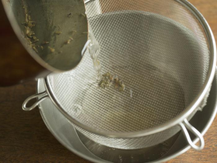 4.ゼリーをつくる。鍋に水ときび砂糖とラベンダーを入れて火に かけ、沸騰したらゼラチンを加えて混ぜよく混ぜ、粗熱が取れた ら網でこし蜂蜜を加え冷蔵庫で固める。
