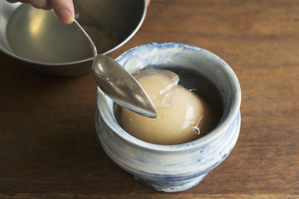 5.器によく冷やしたコンポートの半分と桃を煮たシロップを入れ、上から崩したゼリーをかけてラベンダーを飾る。