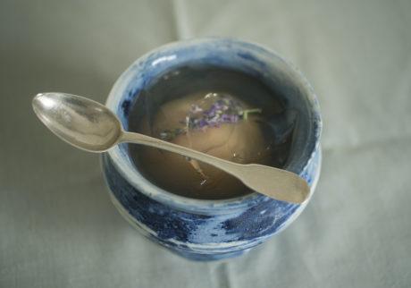 長田佳子の季節のハーブを愉しむお菓子。桃のコンポートとラベンダーのゼリー