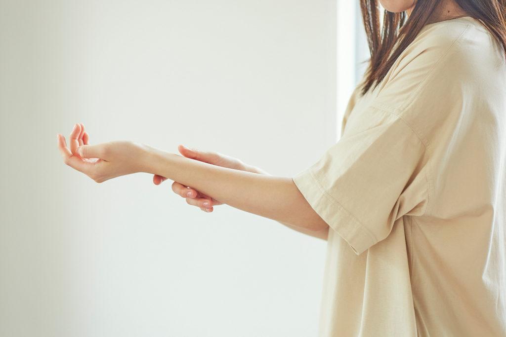 のびがいいさらとろのテクスチャーだからボディにも使いやすい。つけたあと、手を洗わずそのままでいいのもこのオイルのメリット。