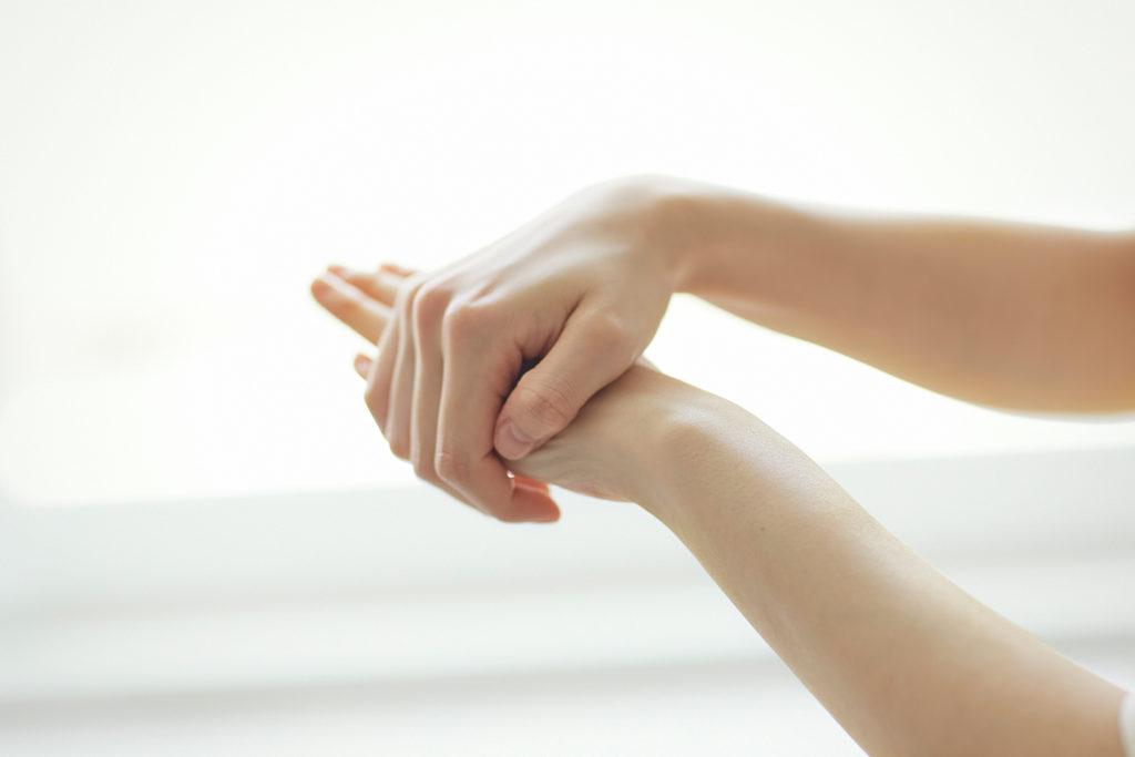 髪のほかにも保湿ケアが可能。ボトル髪のほかにも保湿ケアが可能。手の甲から指先、爪まわりまでなじませて。足りないと感じたら量の調節を。