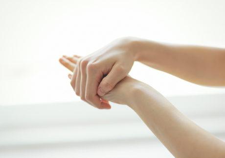 髪のほかにも保湿ケアが可能。手の甲から指先、爪まわりまでなじませて。足りないと感じたら量の調節を。