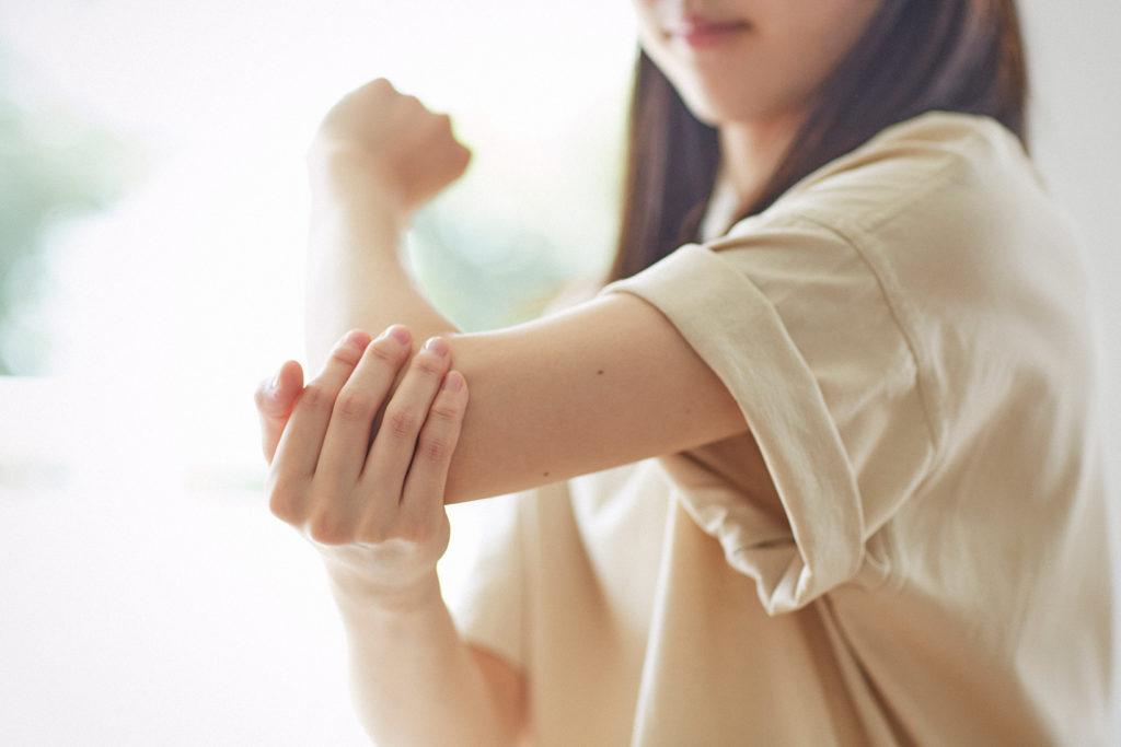 乾燥しやすいひじは手のひらで包み込んで丁寧になじませて。人からよく見える場所なのでしっかりケア。