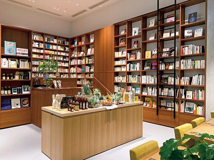本棚には食にまつわる本を中心に選書。