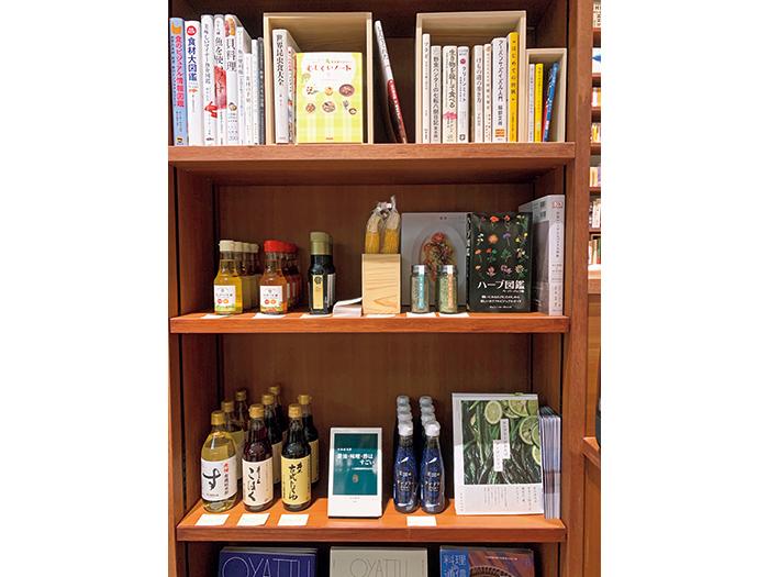 『坂ノ途中』が扱う野菜や調味料なども販売。本と絡めて展示するコーナーもある。