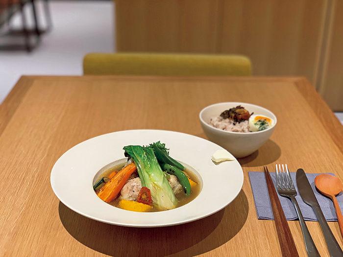 OyOyスープランチ¥1,300。丹波シメジの出汁とベジタブルストックを使ったスープは濃厚で、野菜のおいしさを実感する味わい。ご飯かパンを選ぶスタイル。